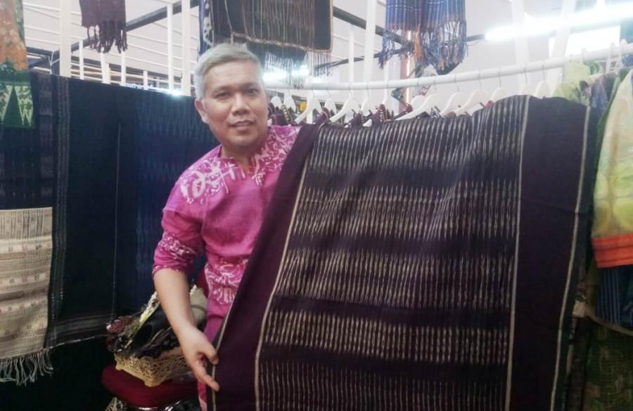 Photo of Athan Siahaan Lestarikan Ulos Tanah Toba Usia 345 Tahun