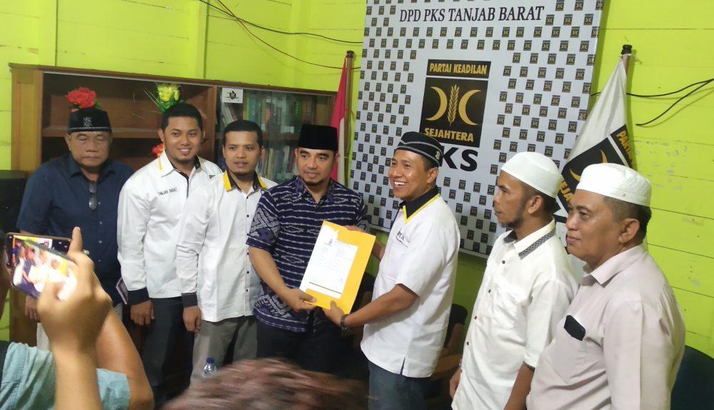 Photo of Kembalikan Formulir Pendaftaran di Kantor PKS, Muklis Patahkan Rumor Niatan Main-main