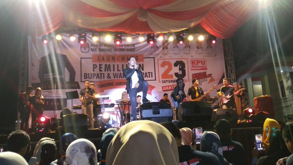 Photo of Launching Tahapan Pilbup, KPU Tanjab Barat Suguhkan Penampilan Widi Hello Band
