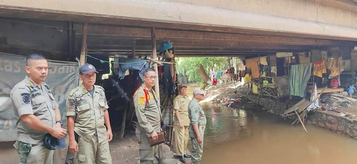 Photo of Camat Jatisampurna Tinjau Warga Tinggal Di Kolong Jembatan