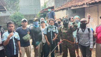 Photo of Cegah Covid-19, Karang Taruna Turun Tangan Semprotkan Disinfektan