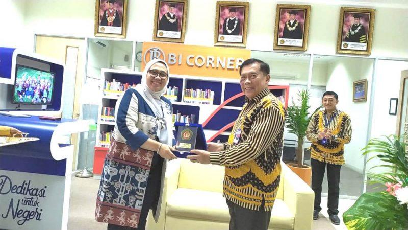 Nita Ariastuti dari Bank Indonesia dan Bambang Karsono Rektor Ubhara Jaya saat meresmikan BI Corner, Selasa (10/3/2020).