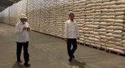 Presiden Jokowi didampingi Dirut Perum Bulog Budi Waseso saat meninjau Gudang Bulog, Maret tahun lalu/Net.