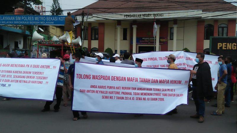 Suasana unjuk rasa Warga Jatisampurna di depan PN Bekasi, Selasa (16/3/2021).