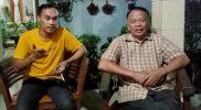 Ato Suparto (kanan) didampingi Ketua Karang Taruna Jatisampurna yang juga merupakan anak kandungnya Suryana (kiri) saat ditemui di rumahnya, Kamis (22/4/2021).