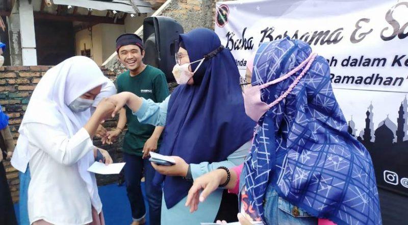 Ketua Forjas Bekasi Leny Kurniawati saat memberikan santunan kepada anak yatim.