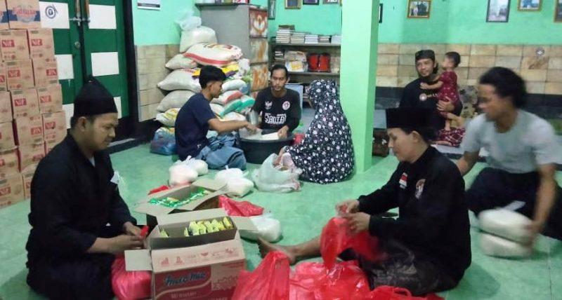 Suasana pengelolaan Zakat Fitrah di Majelis Singa Rasulullah Saw, Karangsatria, Tambun Utara, Bekasi, Selasa (11/5/2021) malam.