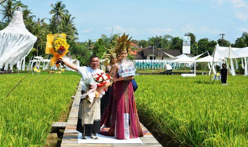 Executive Director Indonesia Fashion Parade Athan Siahaan saat membuka fashion show di Eternity Svargabumi Borobudur.