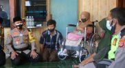 Kapolres Cirebon Kota menyerahkan bantuan kursi roda kepada warga yang membutuhkan.