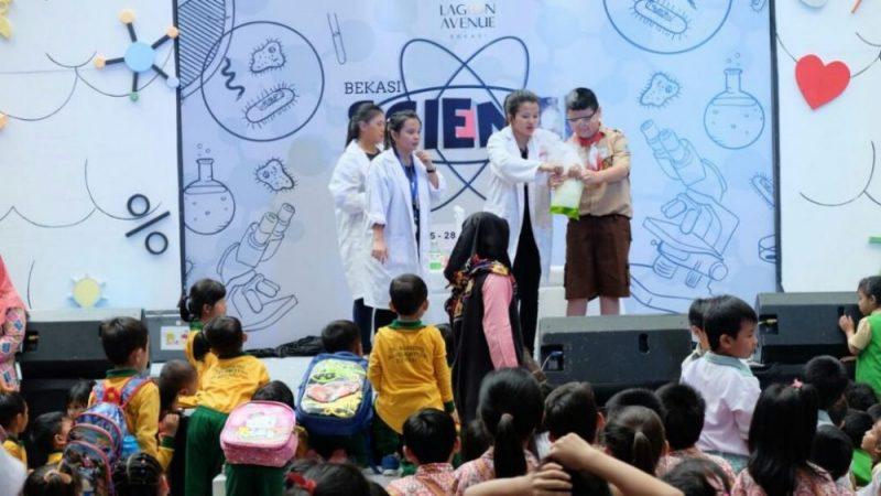 Keseruan pelajar tingkat sekolah dasar saat bermain dan belajar dalam event Bekasi Science Week di Atrium Hall Lagoon Avenue Mall Bekasi, Jumat (26/1/2018).