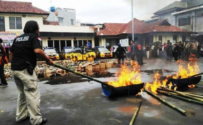 Photo of Jaga Kondusifitas Natal dan Tahun Baru, Ribuan Botol Miras Dimusnahkan