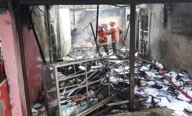 Photo of Diduga Akibat Kebocoran Gas, Tiga Toko Hangus Terbakar