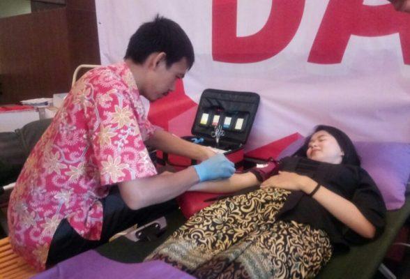 Photo of Donor Darah Jadi Rangkaian HUT Hotel Santika Premiere KHI dan Hari Kartini