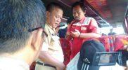 Petugas sedang memeriksa identitas penumpang bus di terminal induk Kota Bekasi, Senin (10/7/2017). Foto: Adien/SUARAPENA.com