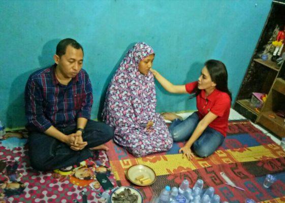 Photo of Beri Dukungan Moral, Rieke Kunjungi Istri Korban Dibakar Massa di Bekasi