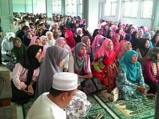Photo of Khusyuk , Ratusan Pelajar di Bekasi Ikut Aksi 313