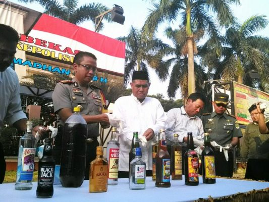 Photo of Ciptakan Suasana Puasa Kondusif, Polisi Musnahkan 15 Ribu Botol Miras