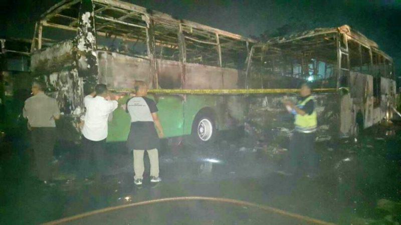 Petugas memasang police line di sekeliling bus Mayasari Bhakti yang terbakar, Selasa (13/6/2017) dini hari. Foto: SuaraPena.com