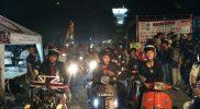 Anggota Komunitas Sahur On The Road Vespa Bekasi saat memulai konvoi dari Alun-alun Kota Bekasi Jawa Barat. Foto: CEK/SUARAPENA.com