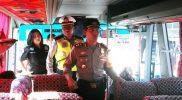 Wakapolres Metro Bekasi Kota AKBP Wijonarko saat memberikan imbauan di hadapan pemudik yang naik angkutan bus dari Terminal Induk Kota Bekasi. Foto: Sng/SUARAPENA.com