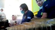 Tim Dokpol Polres Metro Bekasi melakukan tes urine para supir dan kondektur angkutan mudik di Terminal Induk Kota Bekasi, Rabu (21/6/2017). Foto: Sng/SUARAPENA.com