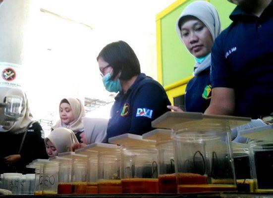 Photo of Polres Metro Bekasi Kota Lakukan Tes Urine Supir dan Kondektur Bus Mudik