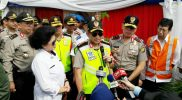 Menteri Kesehatan Nila Juwita F. Moeloek (kiri) bersama Kapolri Jenderal Tito Karnavian saat meninjau arus balik di Gerbang Tol Cikarang Utama, Jumat (30/6/2017). Foto: Ars/SUARAPENA.com