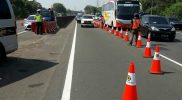 Pihak Jasa Marga dan Kepolisian memberlakukan sistem contra flow guna mengurai kepadatan akibat penuhnya rest area di jalur Tol Jakarta - Cikampek. Foto: JasaMarga