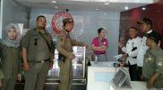 Petugas satuan polisi pamong praja Kota Bekasi saat melakukan inspeksi mendadak di ruko yang melanggar peruntukkan. Foto: Istimewa