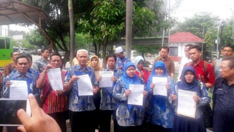 Sejumlah guru yang tergabung dalam Badan Musyawarah Perguruan Swasta (BMPS) Kota Bekasi saat mendatangi DPRD Kota Bekasi, Jumat (14/7/2017). Foto: SNG/SUARAPENA.COM
