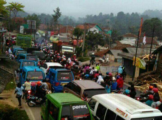 Photo of Dampak Pembongkaran Jembatan Cisadane Lalulintas Bocimi Lumpuh