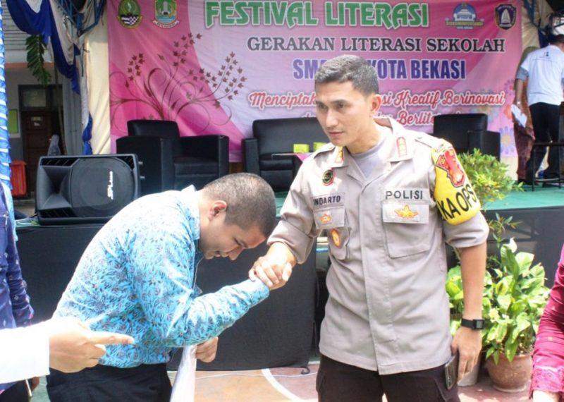 Kapolres Metro Bekasi Kota Kombes Pol Indarto saat memberikan hadiah souvenir kepada siswa yang memberikan pertanyaan soal penanggulangan berita hoax.