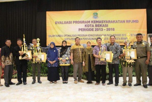 Photo of Evaluasi RPJMD, Kecamatan Bekasi Timur Beri Penghargaan Lomba Administrasi