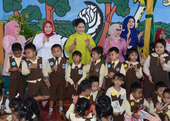 Photo of Kunker ke Kalsel, Ibu Negara Iriana Beri Semangat Anak-Anak PAUD di Banjarbaru