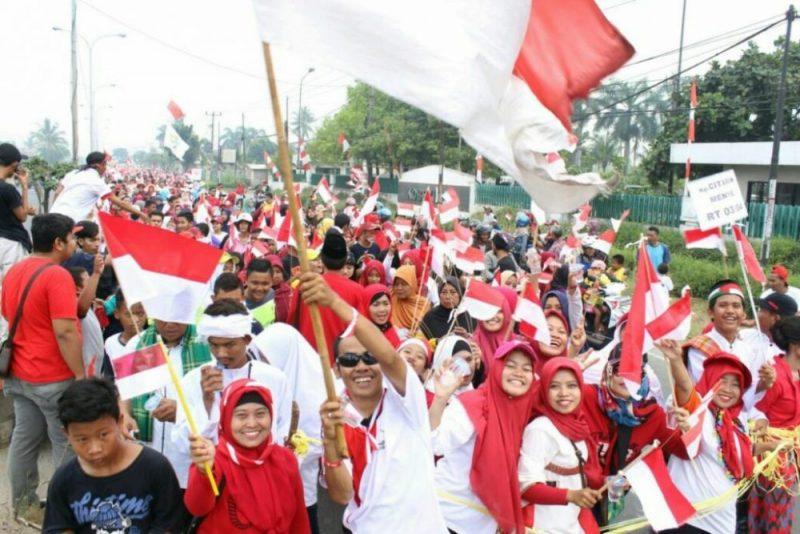 Pemuda pemudi Karangsari Kabupaten Bekasi saat melakukan kirab budaya mengibarkan 5000 bendera merah putih, Minggu (20/8/2017). Foto: ars/suarapena.com