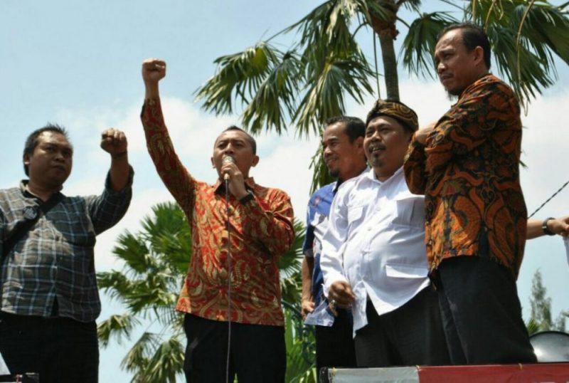 Nyumarno dan beberapa anggota DPRD Kabupaten Bekasi saat menerima aksi pekerja di depan gedung DPRD Kabupaten Bekasi.  Foto: Ars/Suarapena.com