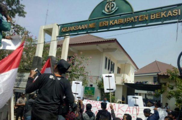 Photo of Aksi Demonstrasi, Mahasiswa Desak Kajari Kabupaten Bekasi Mundur dari Jabatannya