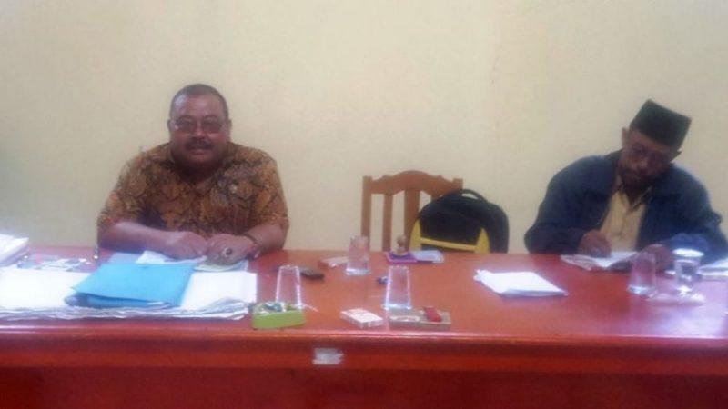 Kepala Desa Ciujung Suhari sedang memberikan keterangan kepada wartawan terkait pembebasan lahan Proyek Tanggul Ciujung.