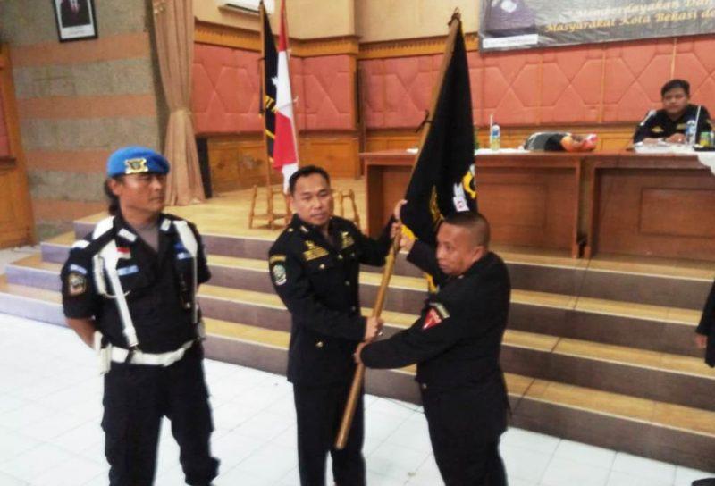 R. Deni Muhammad Ali (tengah) menerima bendera pataka GIBAS dan terpilih kembali sebagai Ketua Resort GIBAS Kota Bekasi periode 2019-2024.