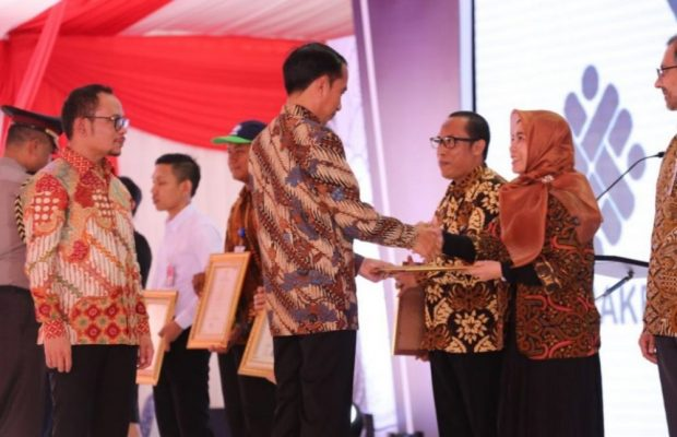 Photo of Jokowi Serahkan Sertifikat Kompetensi bagi 3.000 Peserta Magang