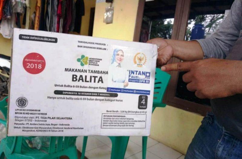 Kotak karton tempat biskuit yang diberikan tim Anggota DPR RI Intan Fauzi.