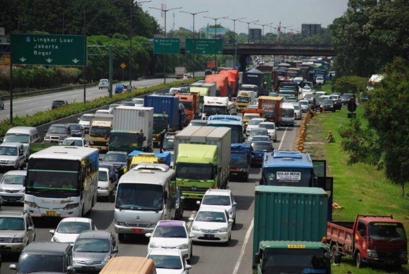 Kendaraan truk bertonase besar melintas d Jalan Tol Jakarta - Cikampek. Foto: Suarapena.com