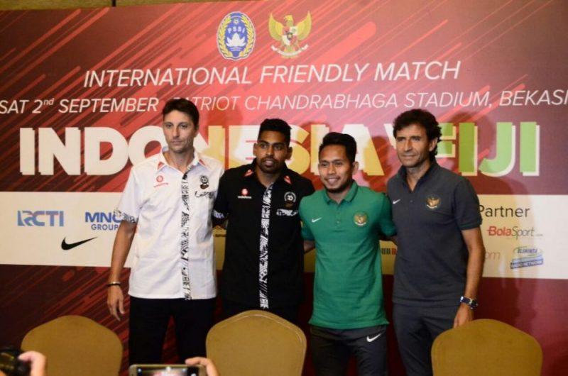 Pelatih tim nasional Fiji Christhope Gamel, kapten tim nasional Fiji Roy Krisna, gelandang tim nasional Indonesia Andik Vermansyah, dan Pelatih tim nasional Indonesia Luis Milla,  (dari kiri ke kanan). Foto: Suarapena.com
