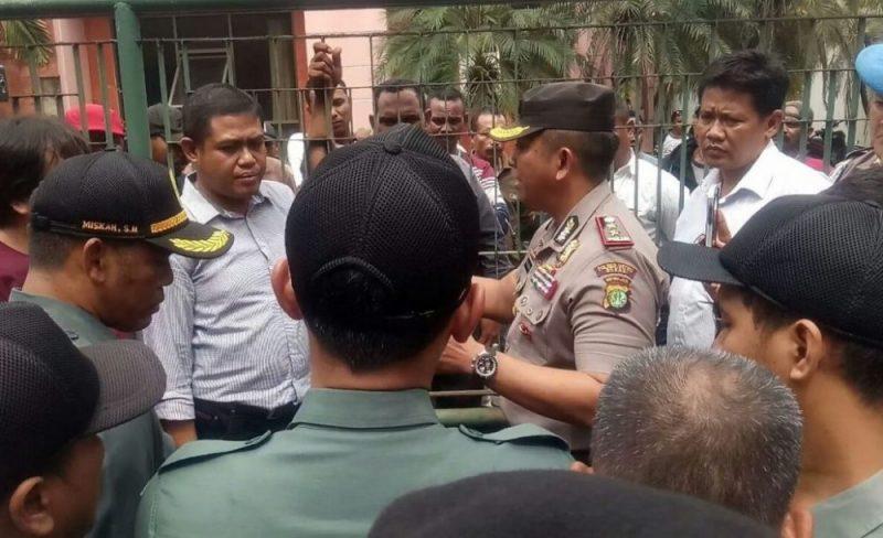 Achmad Junaedi selaku kuasa hukum pemilik lahan ketika sedang berkomunikasi dengan pihak pengadilan dan kepolisian. Foto: Adien / Suarapena.com
