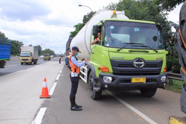 Photo of 100 Kendaraan Overload Terjaring di Tol Jakarta-Cikampek dan Jagorawi