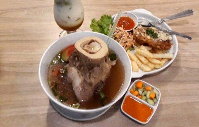 Menu sop tulang sumsum Pan & Flip Mall Metropolitan Bekasi. Foto: Mon / Suarapena.com