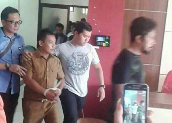Photo of Operasi Tangkap Tangan, PNS dan Seorang Sipil Digelandang Polisi di Bekasi