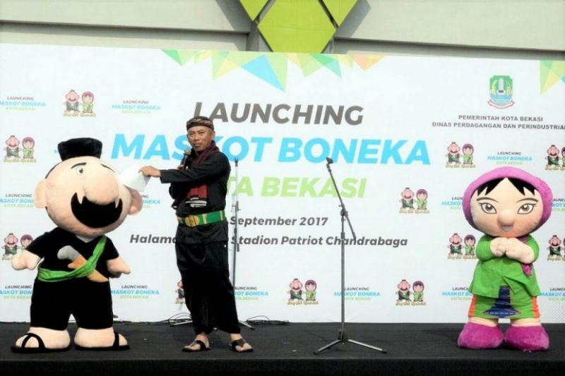 Walikota Bekasi Rahmat Effendi memperkenalkan boneka maskot Kota Bekasi, di sela acara Car Free Day (CFD) Jl. Ahmad Yani, Bekasi Selatan, Minggu (10/9/2017)  Launching boneka maskot Kota Bekasi ini merupakan satu rangkaian dari sayembara membuat desain boneka maskot Kota Bekasi yang hasilnya dinilai oleh dewan juri.  Keluar sebagai pemenang adalah boneka Bang Bek dan Mpok Asih sebagai boneka maskot Kota Bekasi tahun ini.  Foto: Dyone-Soe / Suarapena.com