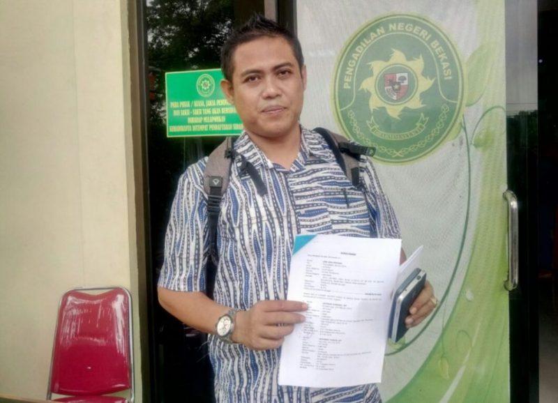 Achmad Junaidi menunjukkan surat kuasa atas perkara sita marital usai mengajukan gugatan di Pengadilan Negeri Bekasi, Senin (13/11/2017). Foto: Adien / Suarapena.com