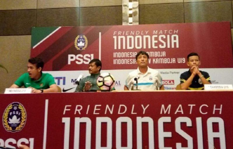 Pelatih Timnas U-19 Indonesia Indra Sjafri (dua dari kiri) dan Pelatih Timnas U-19 Kamboja Kazuri Inoue dalam konferensi pers di Hotel Aston Imperial Bekasi, Kota Bekasi, Jawa Barat, Selasa (3/10/2017). Foto: Suarapena.com